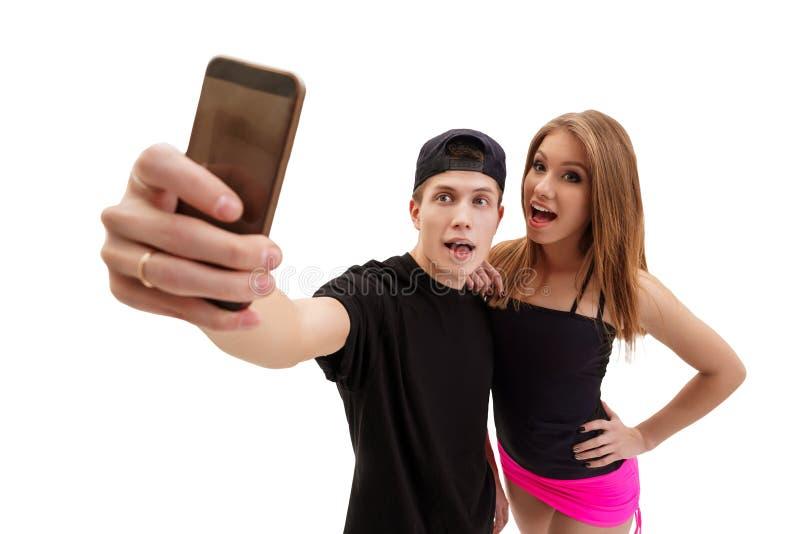 Ударьте танцора при его сексуальная подруга делая selfie стоковое изображение