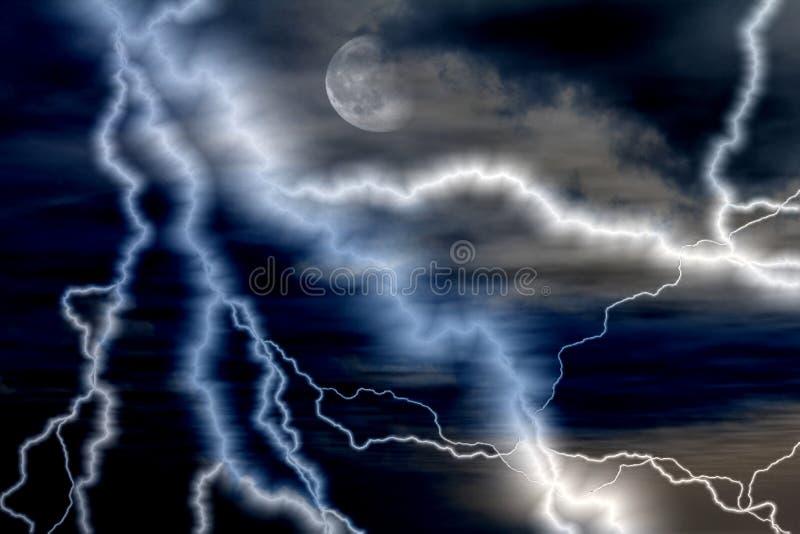 Удар молнии на ноче стоковое изображение