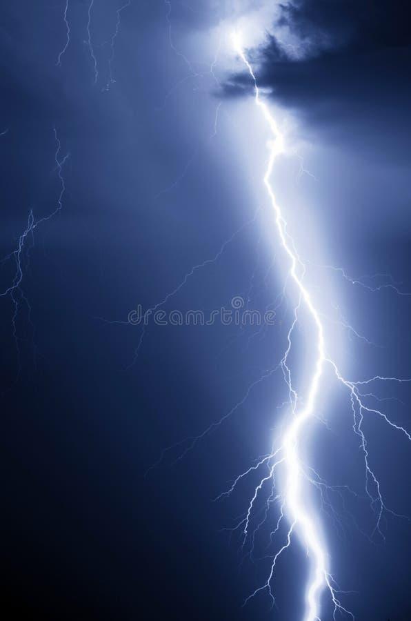 Удар молнии на ноче стоковое изображение rf