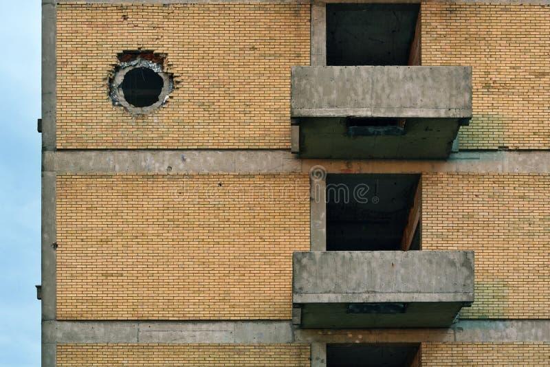 Удар раковины танка на стене здания стоковые изображения rf