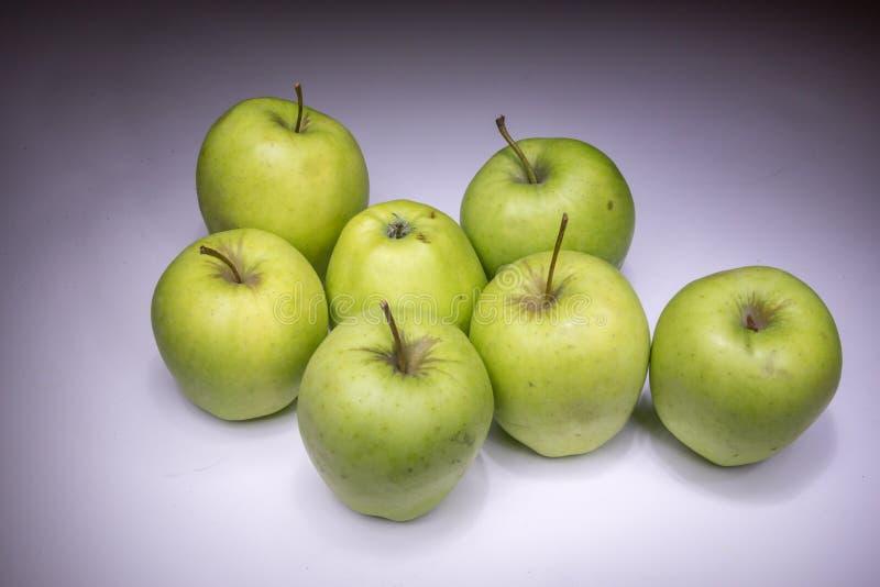 Удачливые 7 зеленых яблок стоковые фотографии rf