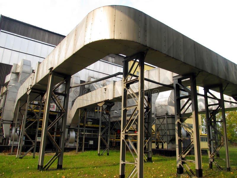 Удаление пыли и установка газохода печной трубы стоковые изображения