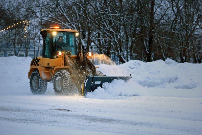 Удаление снега в вечере стоковая фотография