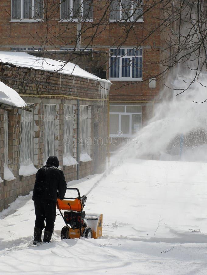 Удаление снежка с snowblower стоковые изображения