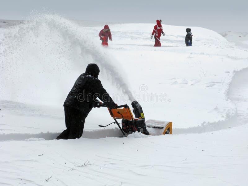 Удаление снежка с snowblower стоковые фотографии rf