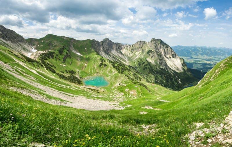Удаленное озеро вверх по максимуму в высокогорных горах Gaisalpsee, Бавария стоковые изображения rf