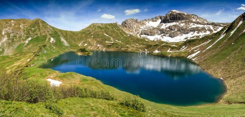 Удаленное озеро вверх по максимуму в высокогорных горах Schrecksee стоковая фотография rf