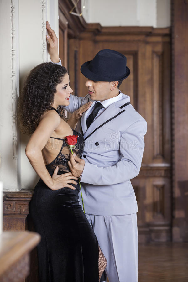 Удерживание танцора танго подняло пока смотрящ женского партнера стоковые изображения