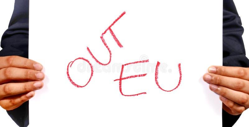 Удерживание человека руки подписывает вне EC, вне знаки EC с красным сочинительством на w стоковая фотография rf