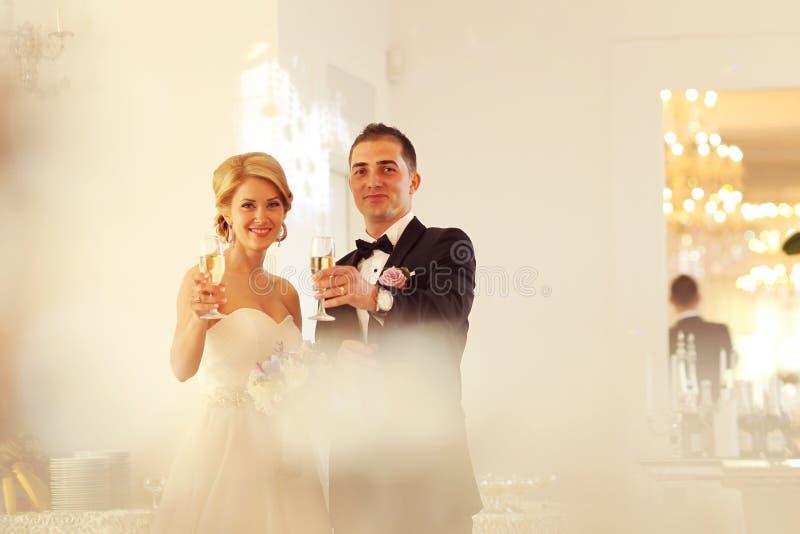 удерживание groom стекел шампанского невесты стоковая фотография rf