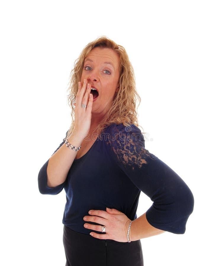 Удивленная белокурая женщина среднего возраста стоковое изображение