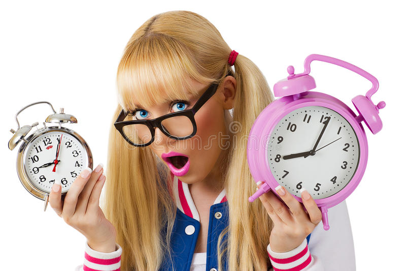 Удивленная девушка с часами стоковое фото