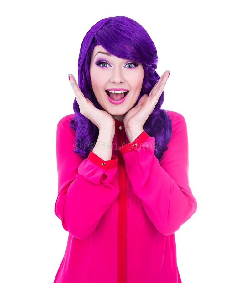 Удивленная женщина при фиолетовые волосы изолированные на белизне стоковые фото