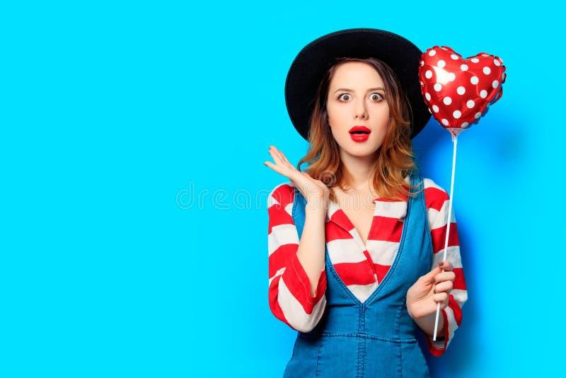 Удивленная женщина с игрушкой формы сердца стоковые изображения