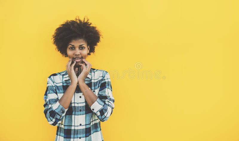 Удивленная милая черная курчавая девушка стоковое изображение rf