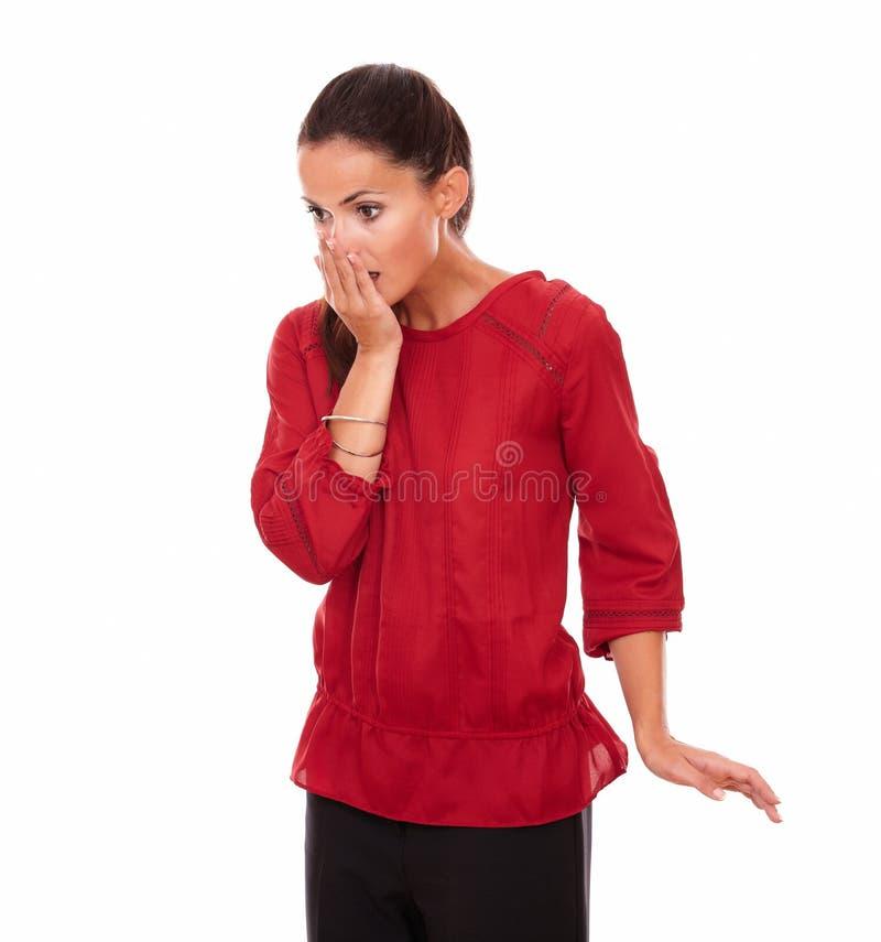 Удивленная молодая женщина закрывая ее рот стоковые фотографии rf