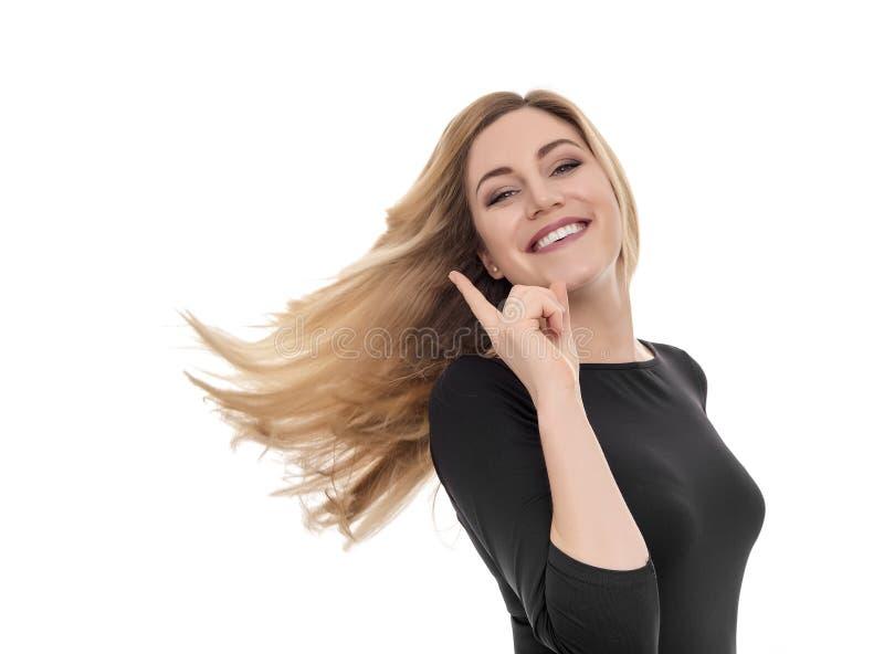 Удивленная молодая женщина указывая и смотря вверх стоковые изображения