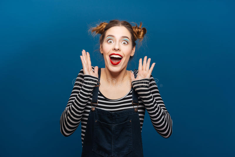 Удивленная радостная молодая женщина усмехаясь и крича стоковые фотографии rf