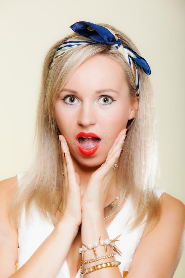 Удивленная сторона женщины, выражение лица рта ретро стиля девушки открытое стоковая фотография rf