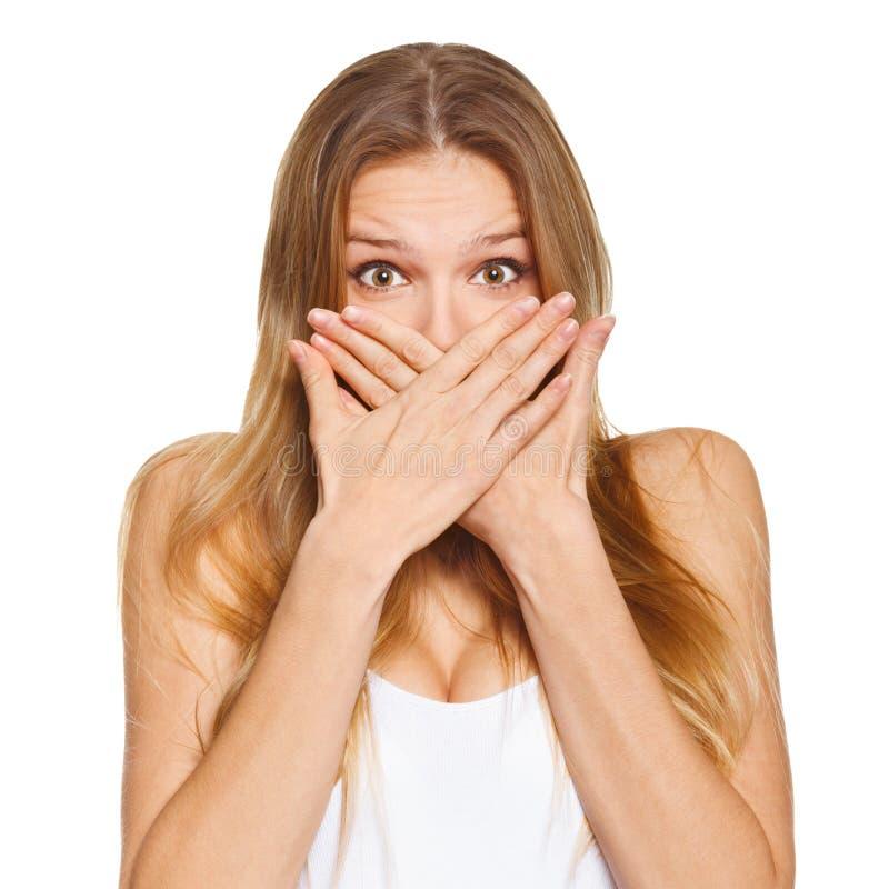 Удивленная счастливая красивая женщина покрывая ее рот с рукой Изолировано над белизной стоковые изображения rf