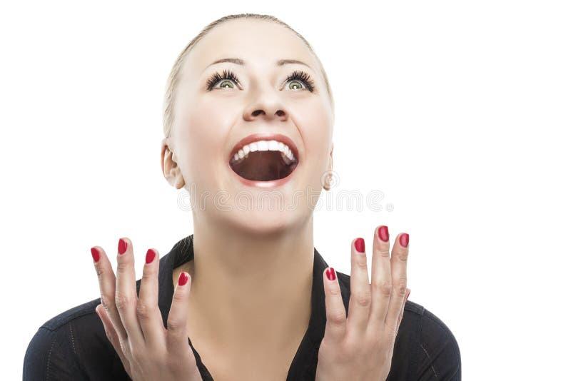 Удивленная счастливая молодая кавказская женщина смотря коса внутри возбуждает стоковые изображения