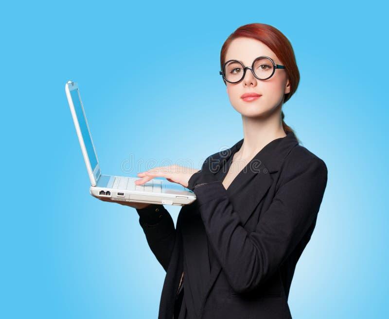 Удивленные бизнес-леди с компьтер-книжкой стоковые изображения