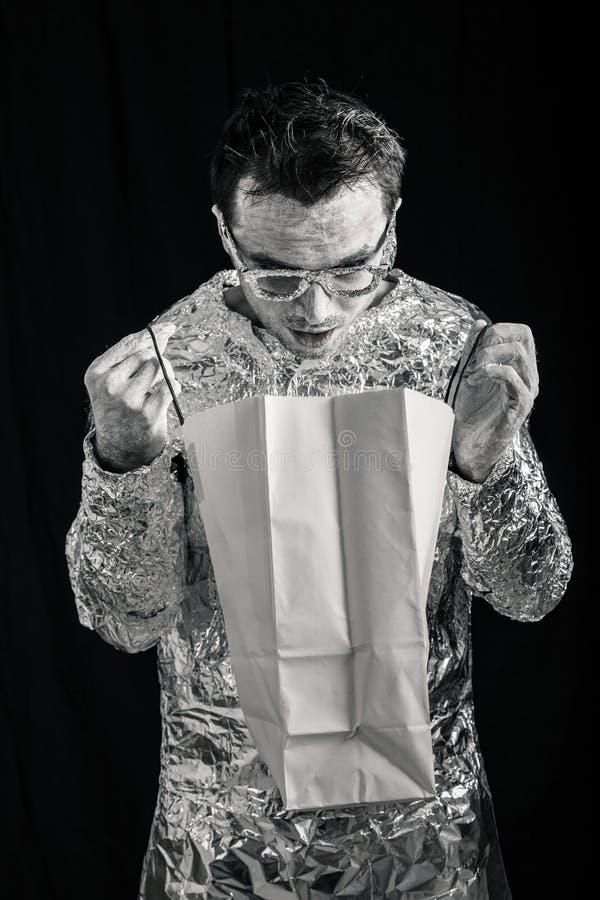 Удивленные покупки человека чужеземца стоковые фотографии rf