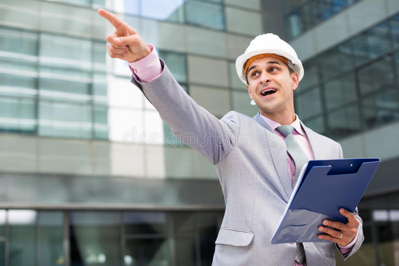 Удивленный бизнесмен указывая к что-то стоковые изображения rf