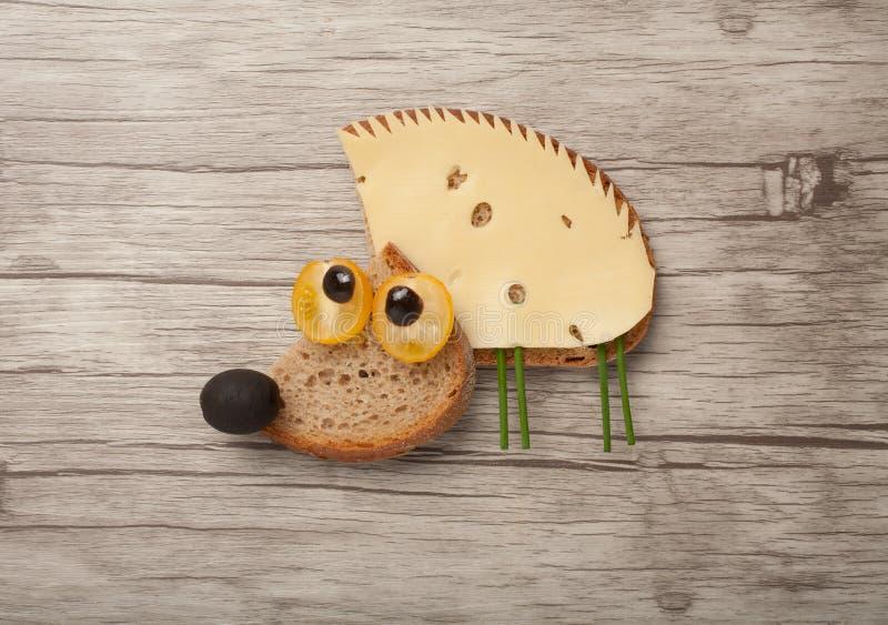 Удивленный еж сделанный из хлеба и сыра стоковые фото
