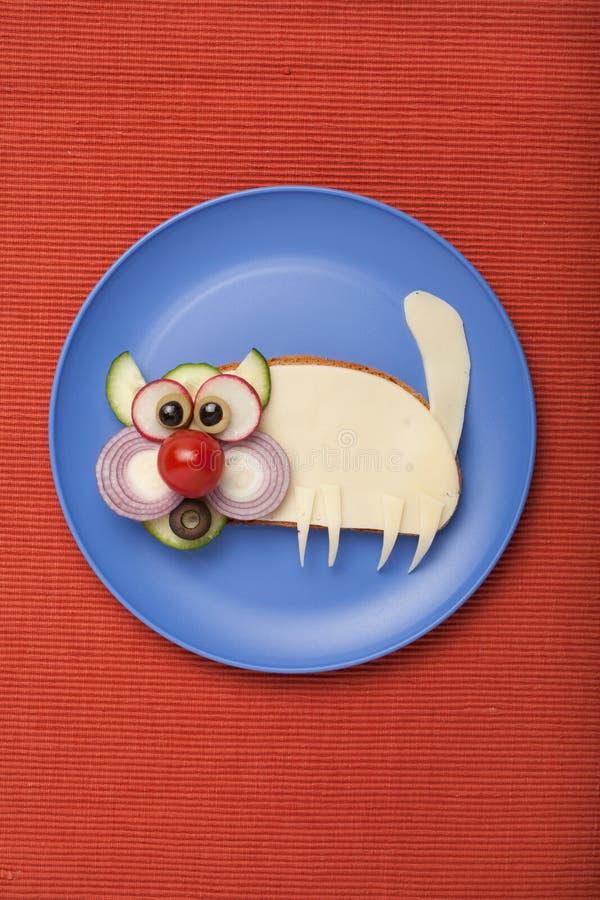 Удивленный кот сделанный из хлеба и сыра стоковая фотография rf