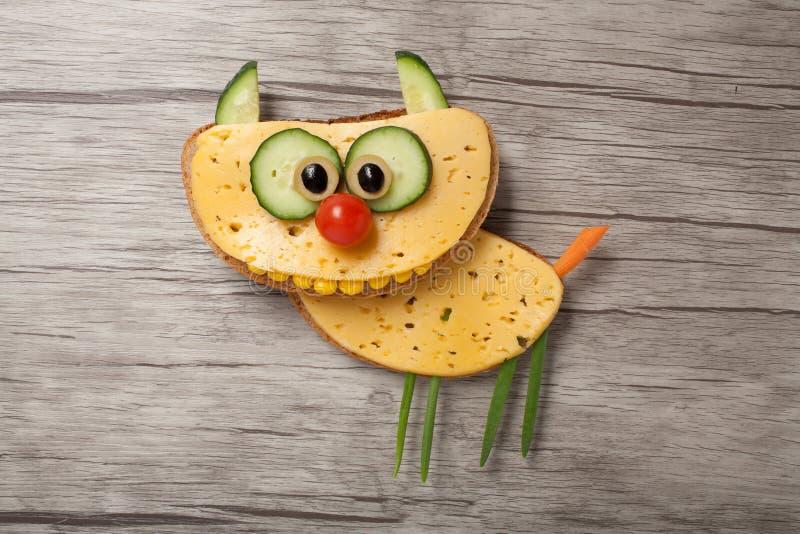 Удивленный кот сделанный из хлеба и сыра стоковое изображение