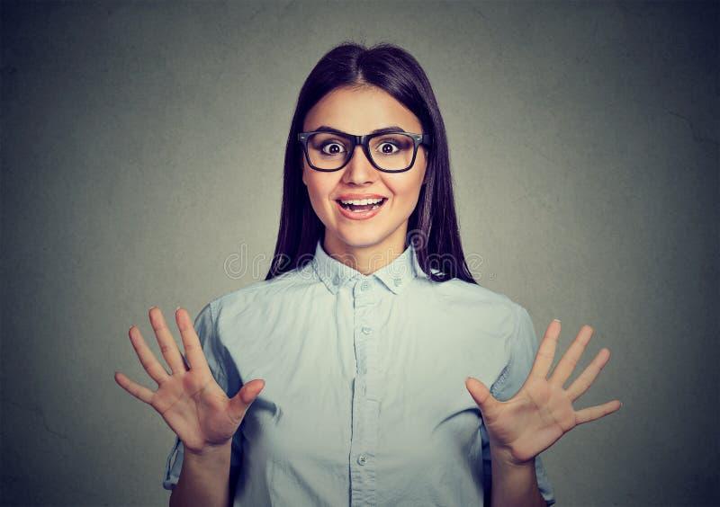 Удивленный кричать молодой женщины стоковое изображение rf
