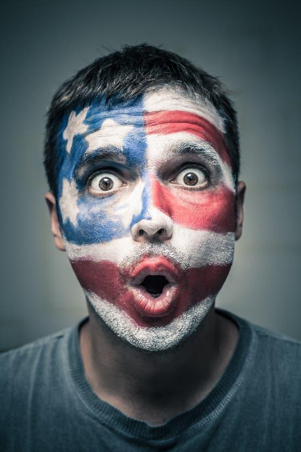 Удивленный человек с флагом США на стороне стоковые изображения rf