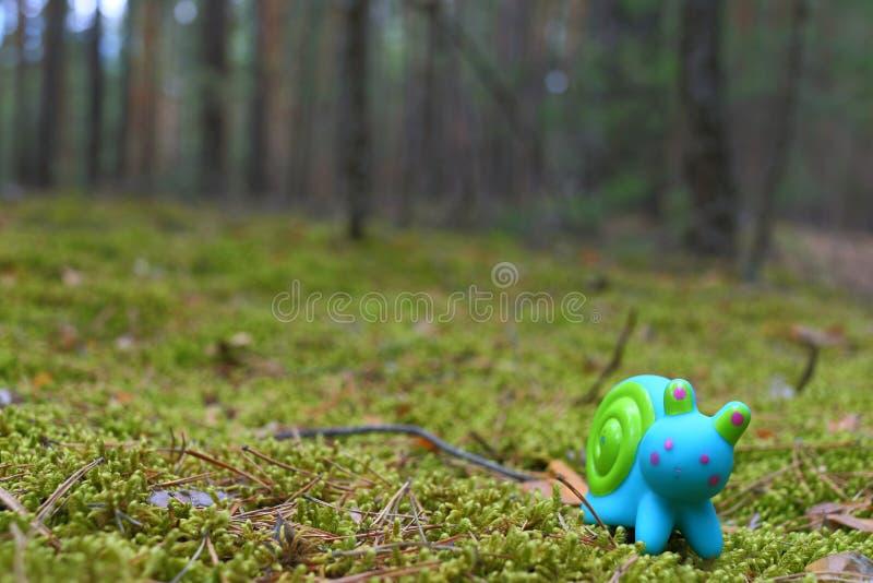 Улитка игрушки на мхе стоковые фотографии rf