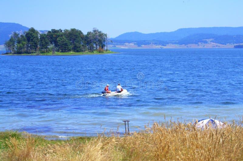 Удить в болгарском озере горы стоковые фотографии rf