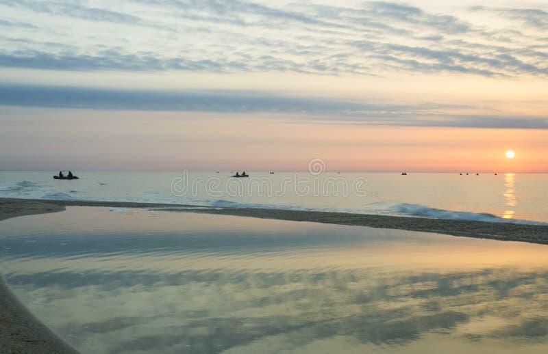Удить на восходе солнца моря красочном стоковые изображения rf
