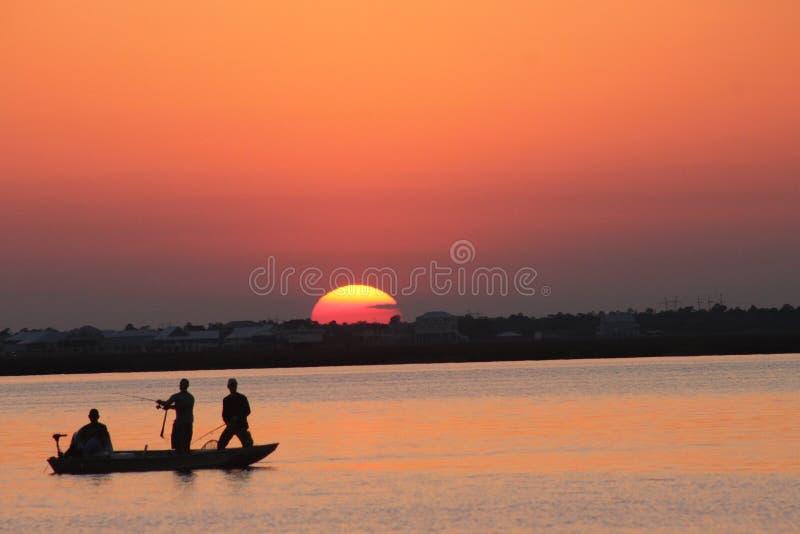 Удить на заходе солнца в Миссиссипи стоковые фото