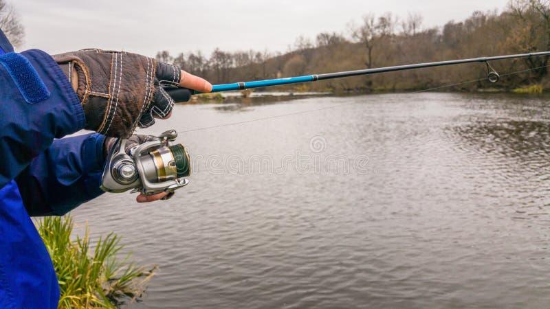 Удить на красивом реке стоковые фотографии rf