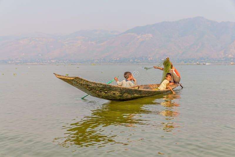 Удить на озере Inle стоковая фотография