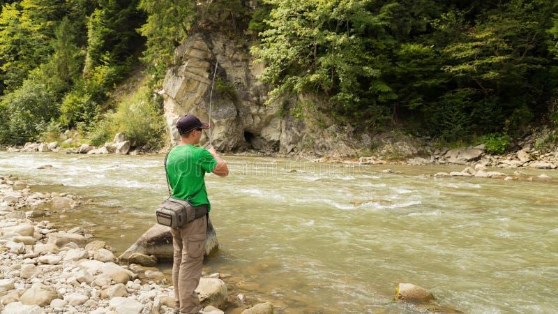 Удить на реке горы стоковые фотографии rf