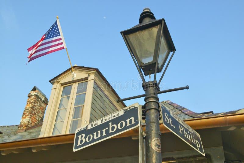 Улица Бурбона и улица и лампа St Philips столб в французском квартале Нового Орлеана, Ла стоковая фотография