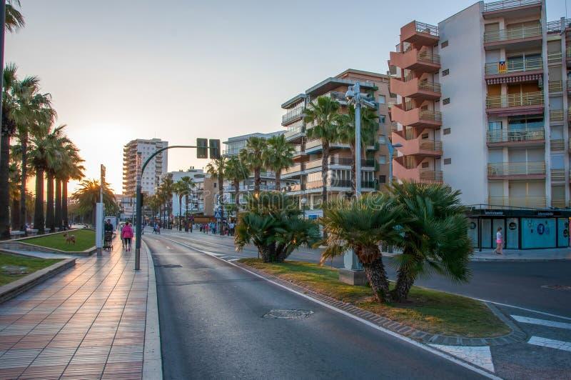 Улица вдоль прогулки в городе Salou стоковое изображение rf
