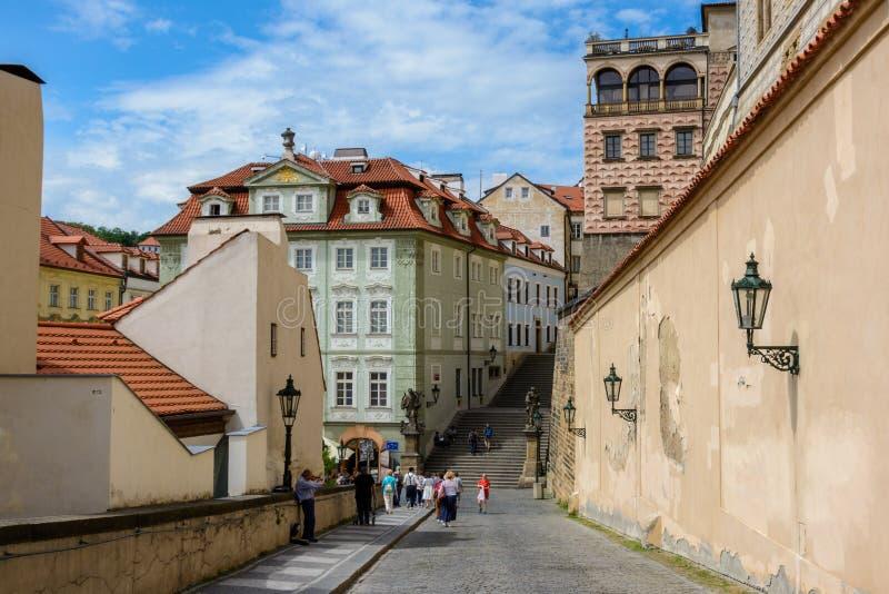 Улица вдоль стен замка Праги водя к дворцу Schwarzenberg, Прага, чехия стоковое изображение rf