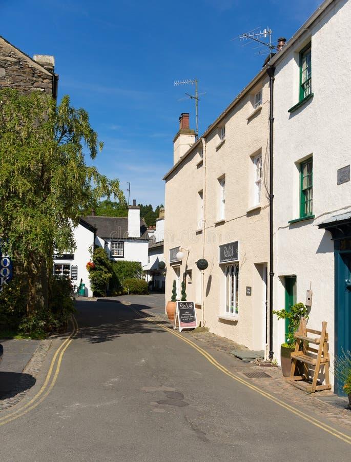 Улица в районе Англии Великобритании озера деревни Hawkshead на деревне красивого солнечного летнего дня популярной туристской стоковые фотографии rf