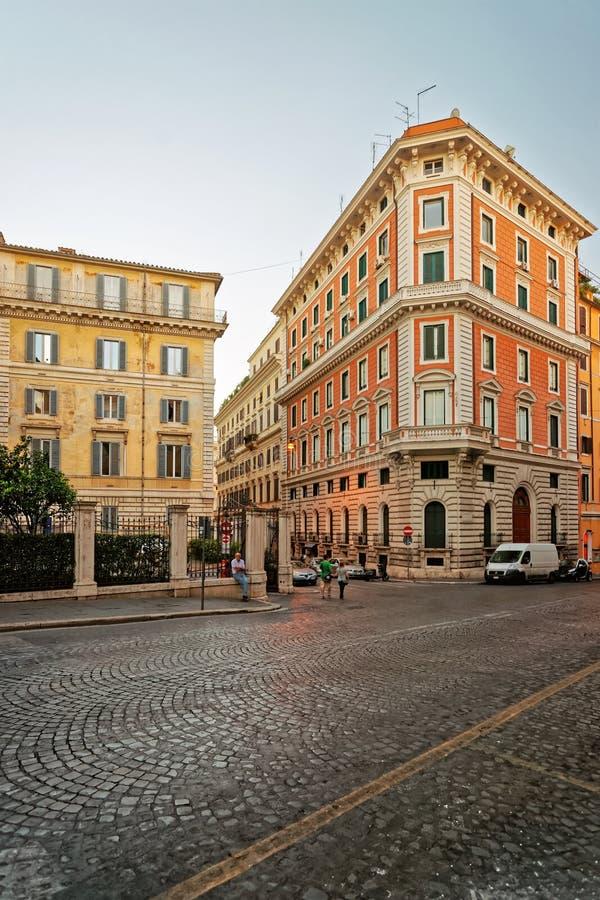 Улица в старом городе в Риме в Италии стоковое фото