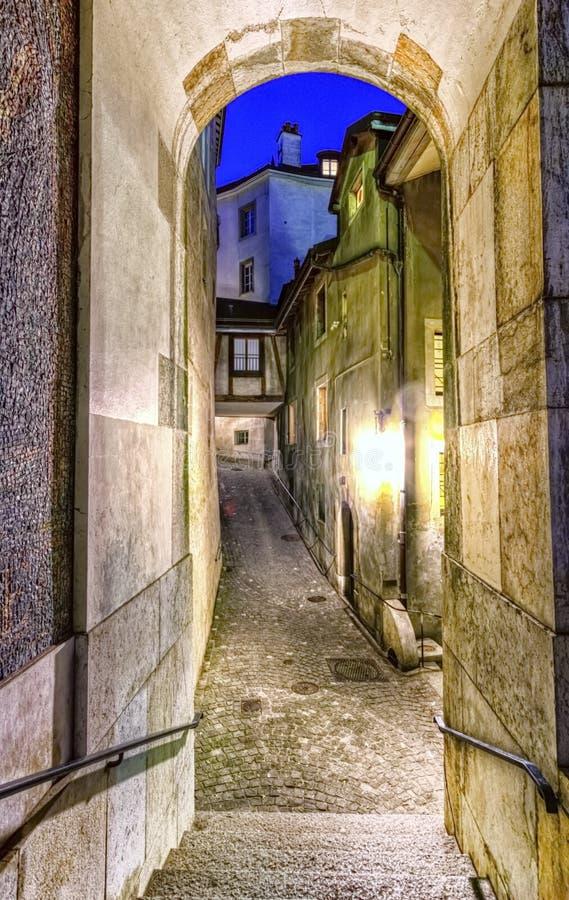 Улица в старом городе, Женеве, Швейцарии стоковые фотографии rf