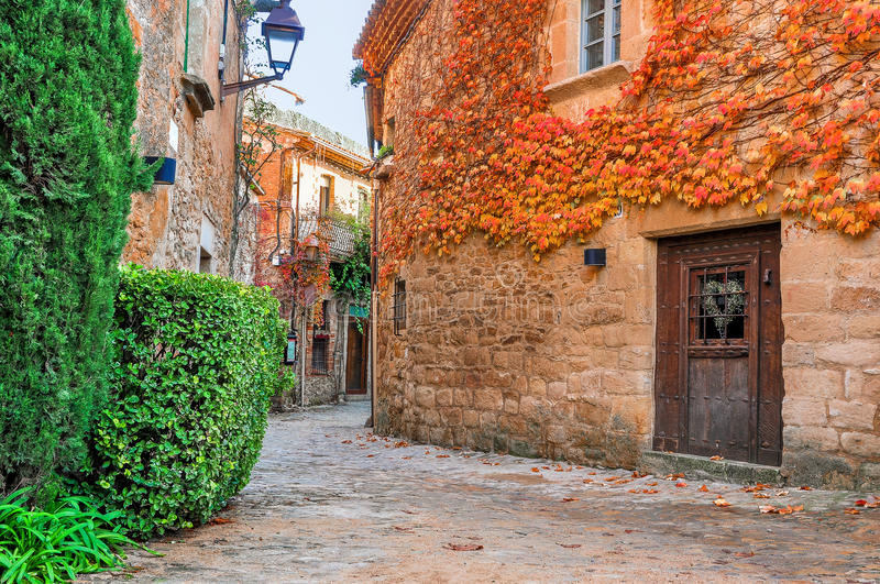 Улица в старом городке Peratallada, Каталонии, Испании стоковое фото rf
