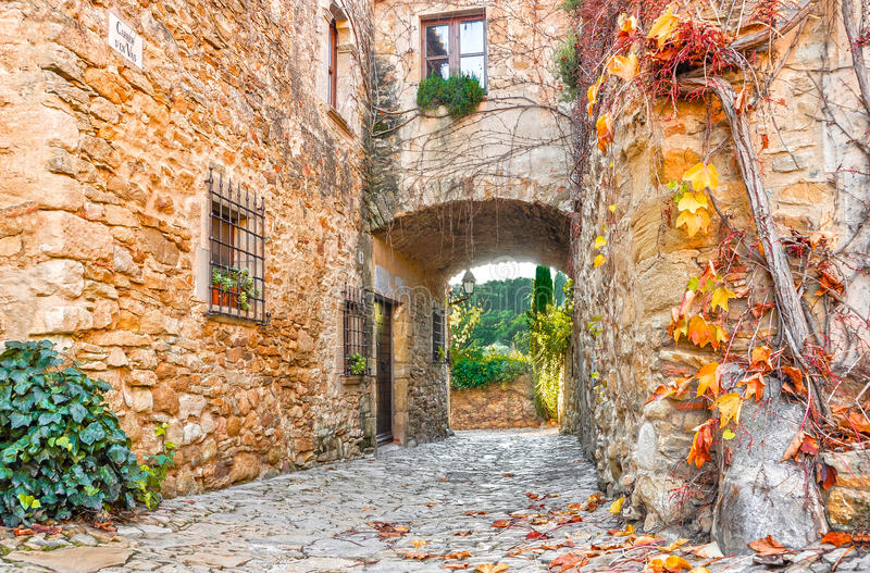 Улица в старом городке Peratallada, Каталонии, Испании стоковые изображения