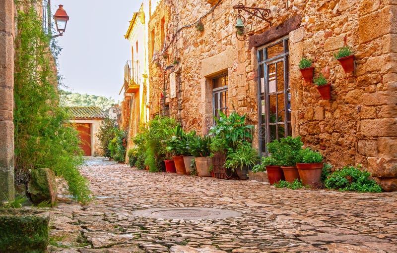 Улица в старом городке Peratallada, Каталонии, Испании medie стоковая фотография rf