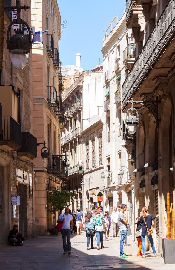 Улица в старом европейском городе - готическом квартале.  Барселона стоковое изображение